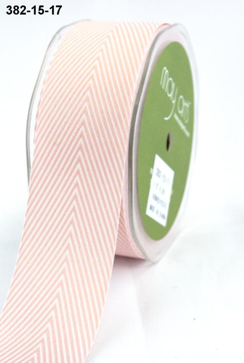Лента от May Arts. Шеврон полосы. Ширина 3,81 см. Розовый