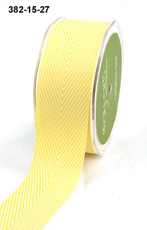 Лента от May Arts. Шеврон полосы. Ширина 3,81 см. Желтый.
