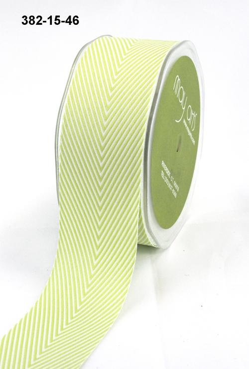 Лента от May Arts. Шеврон полосы. Ширина 3,81 см. Светло-зеленый