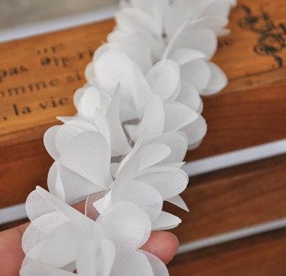 Шифоновые цветочки на сетчатой ленте. 3D кружево Белые