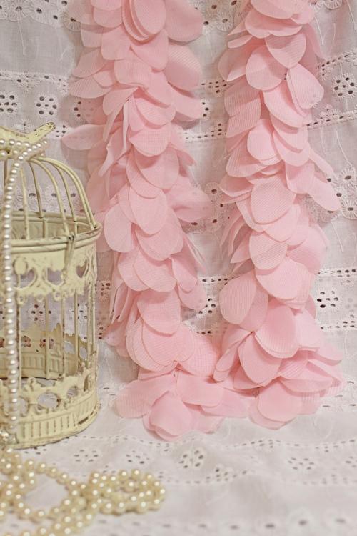 Шифоновые лепесточки на сетчатой ленте. 3D кружево. Розовые