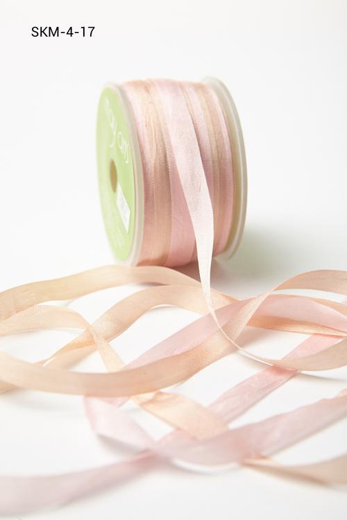 Лента May Arts. Пестрая шелковая лента. Ширина 0,64 см. Шампань/розовая